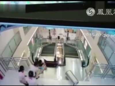 最后时刻托起同行幼童 女子卷入电梯