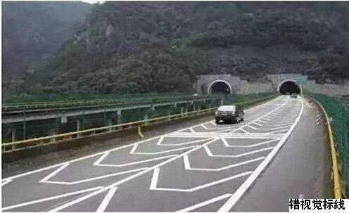 高速路上的特有标示线 高速公路上的各种线