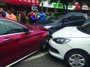 奔驰在南京闹市接连撞人撞车 南京闹市奔驰撞人