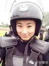 警花出更国语 赢得了天下输了她 将她抵在厨房上进入