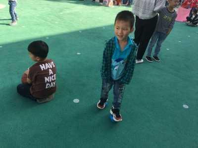 我会踩高跷了——海南幼儿园中1班观察记录 婴儿动作观察记录
